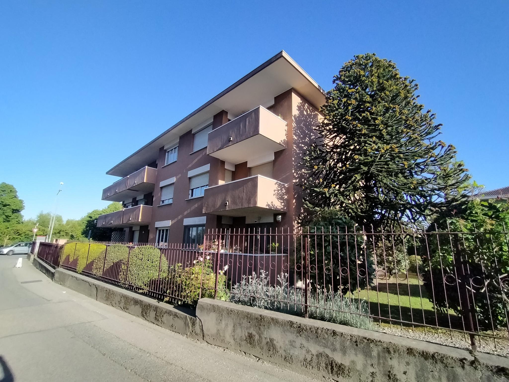 TRILOCALE e servizi con terrazzo e Box